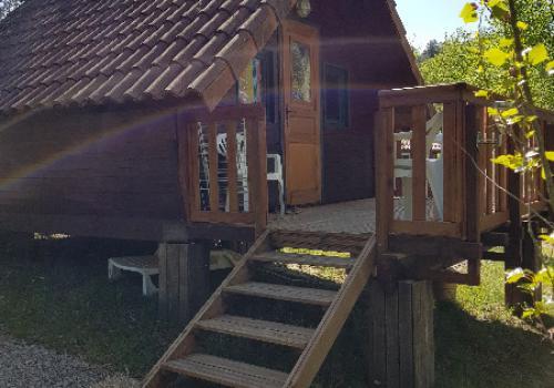 Chalet Tournesol 18m² (1chambre) avec sanitaires + terrasse avec parasol